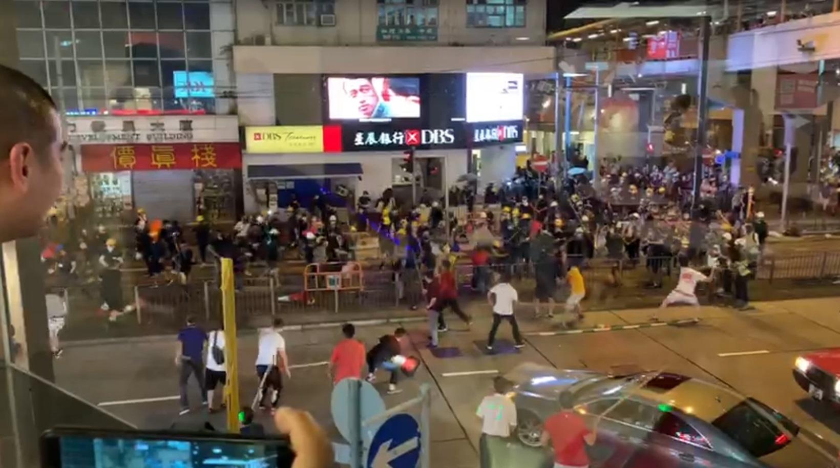 北角佔路示威者疑遭持棍白衣人施襲。網上截圖