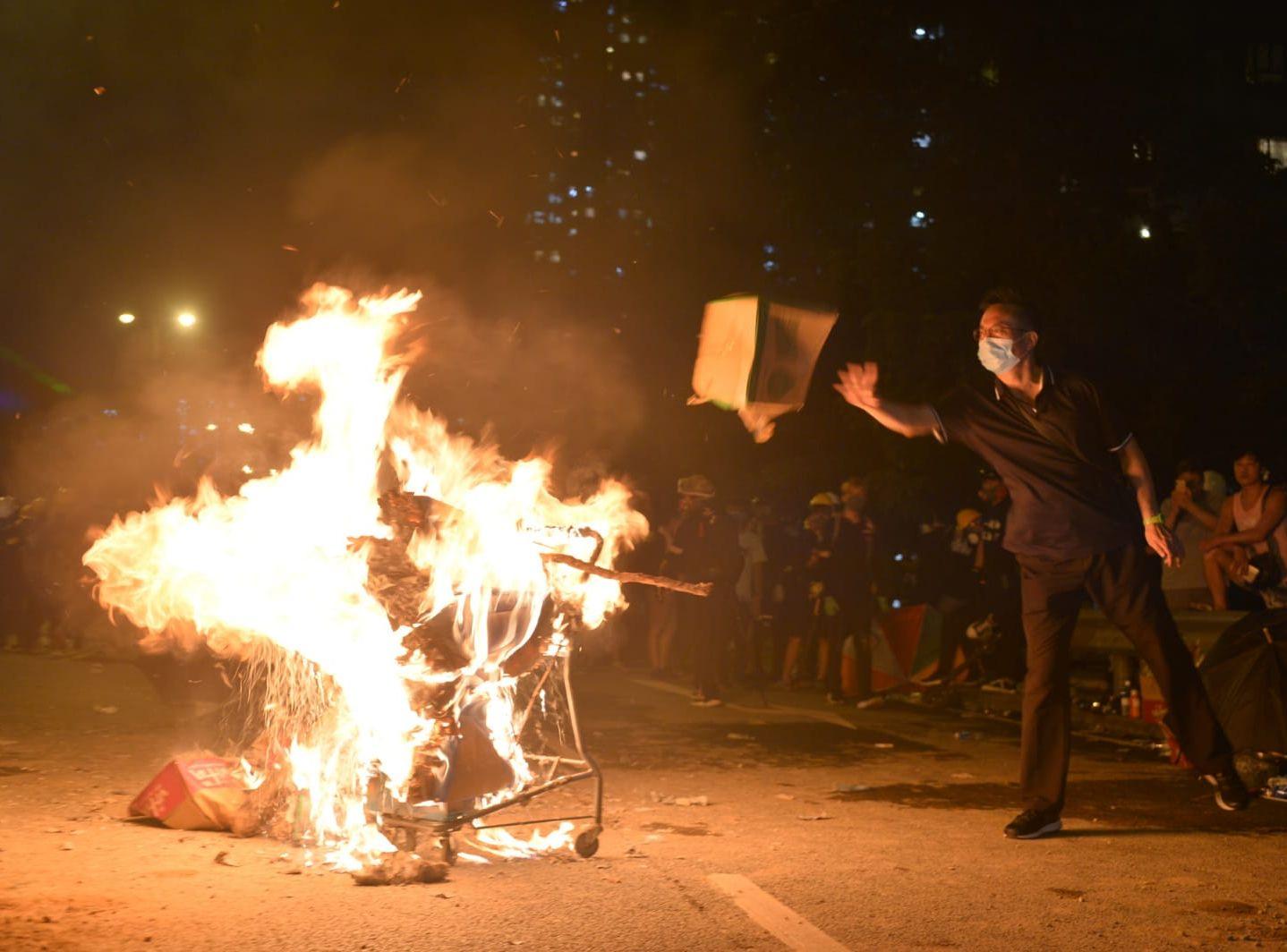 在大埔,有示威者焚燒雜物。