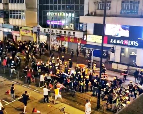 北角示威者疑遭持棍白衣人施襲 雙方爆激烈衝突