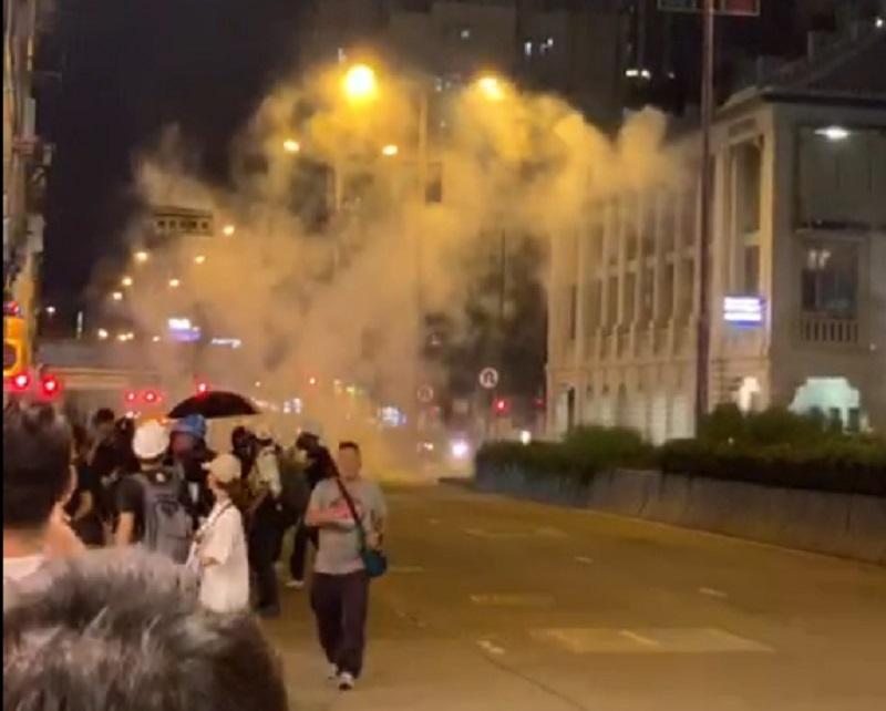 深水埗警署警方發射催淚彈驅散示威者。長沙灣社區發展力量 facebook