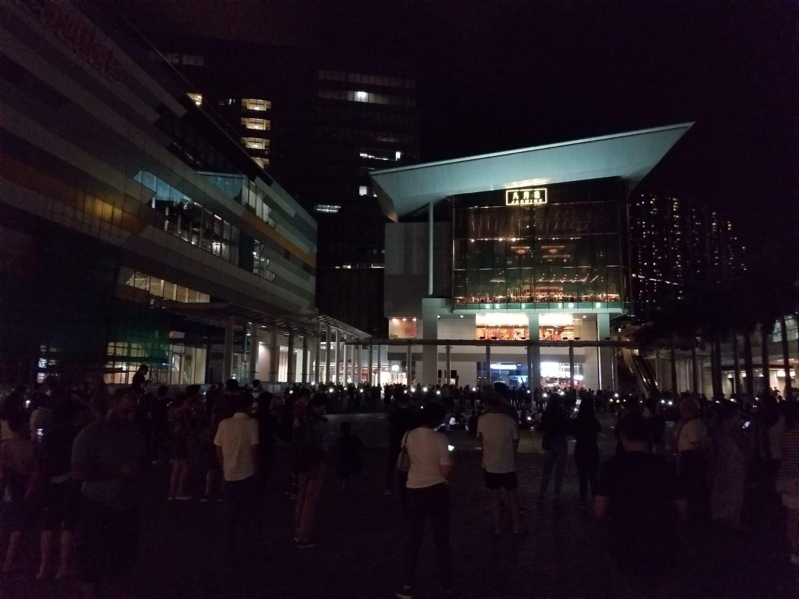 部份居民傍晚於東薈城商場旁的噴水池聚集。