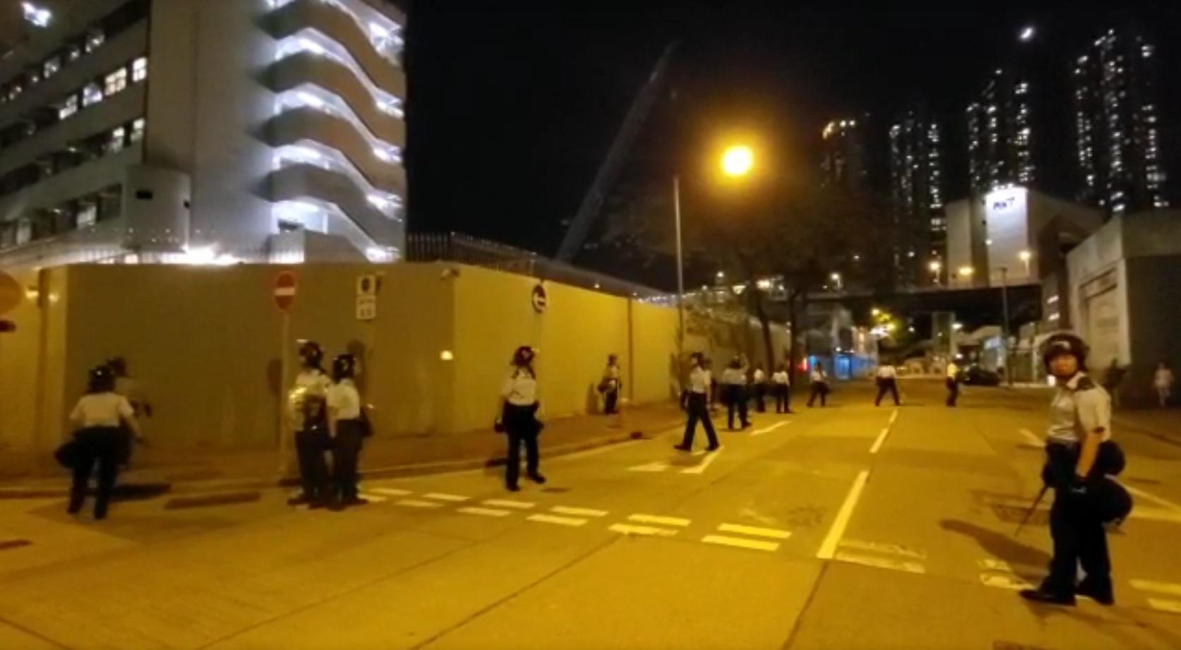 防暴警察驅散示威者後返回長沙灣警署。