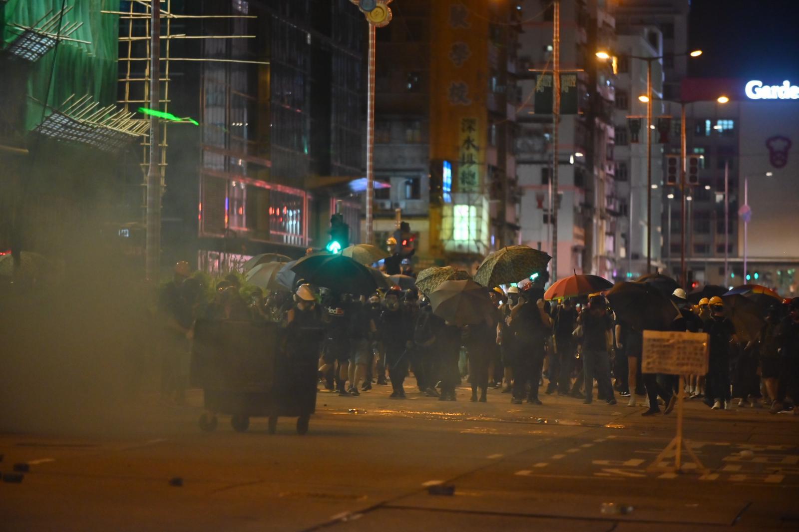 示威者一度後退