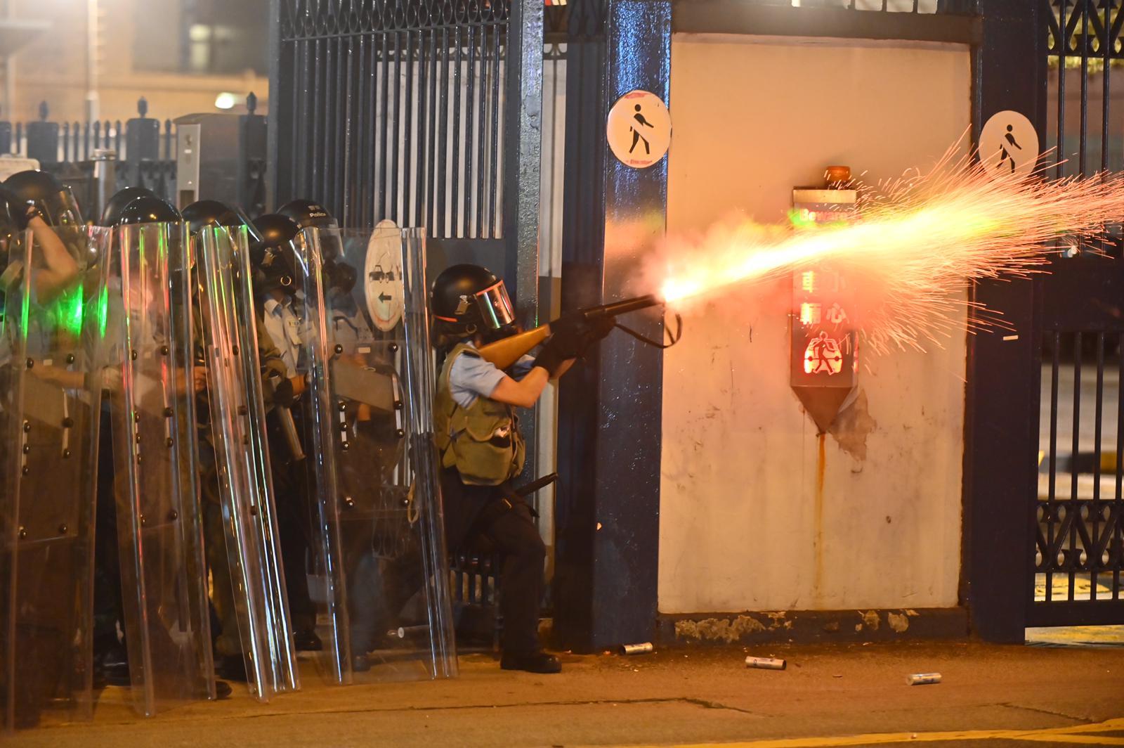 防暴警察發放催淚彈