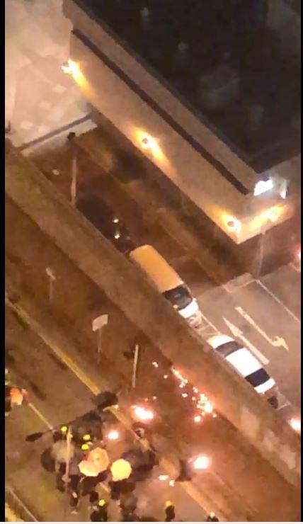 有人向警署投擲疑似燃燒彈。影片截圖