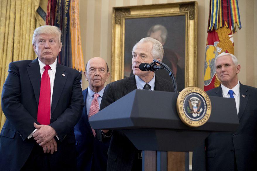 特朗普下令加徵中國關口稅。白宮首席貿易顧問納瓦羅(前右一)稱中方犯下的「七宗罪」。