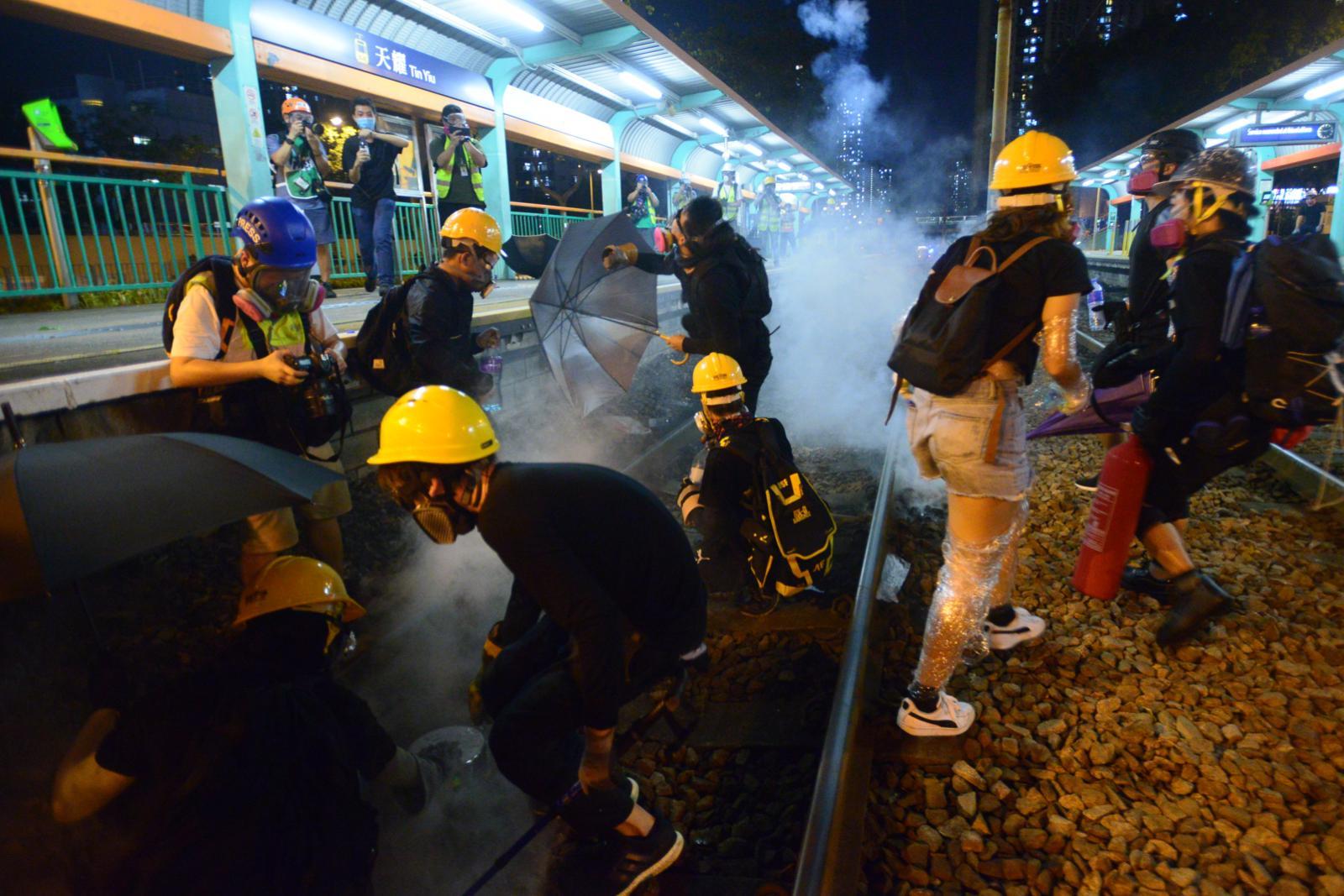 示威者向警署投擲石塊
