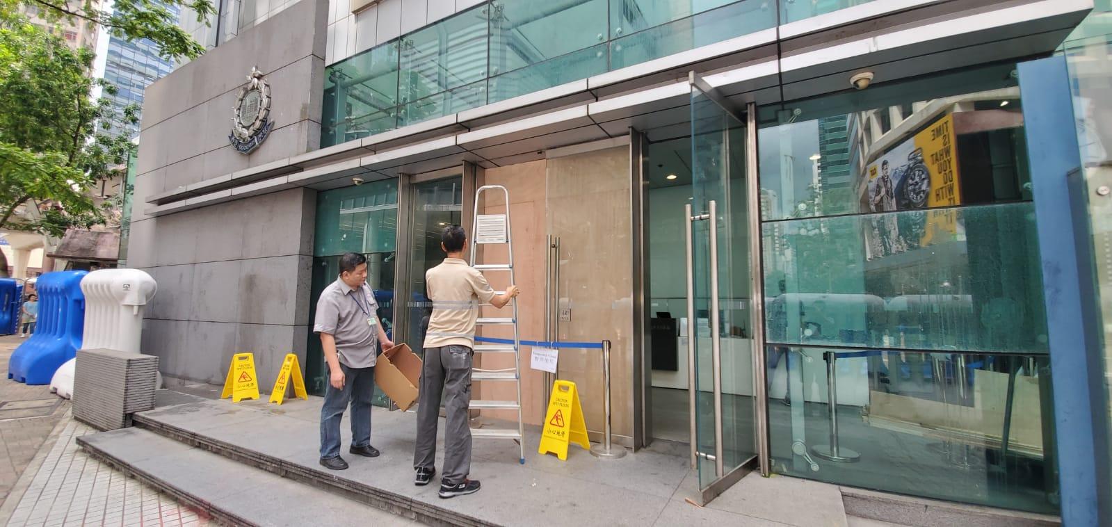 警察總部警政大樓軍器廠街入口有玻璃門被擊碎,工人到場維修。 楊偉亨攝
