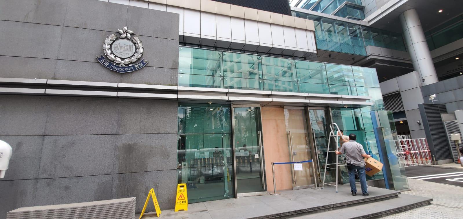 警總軍器廠街入口有玻璃門被擊碎,工人到場維修。 楊偉亨攝