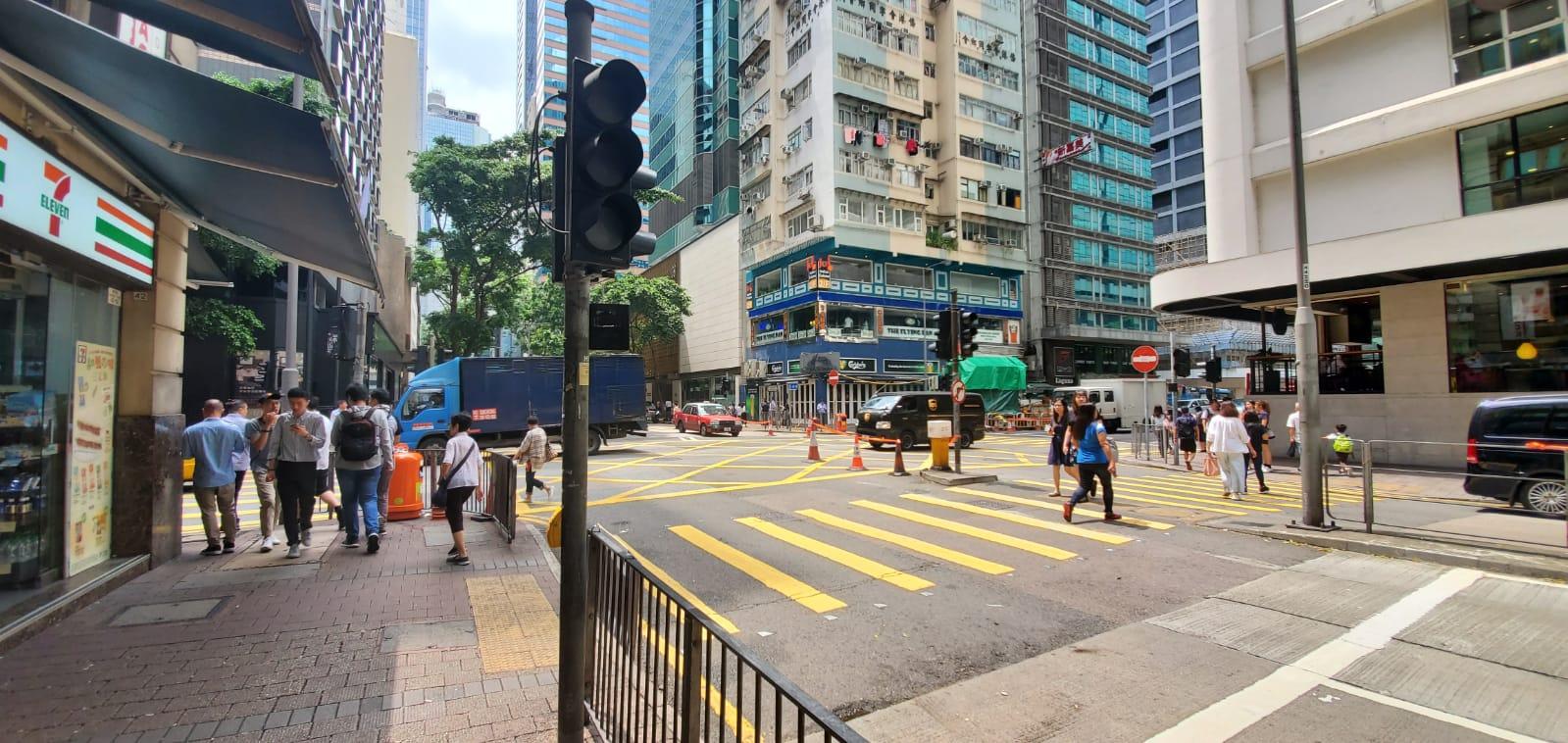 駱克道分域街交界一組十字路口紅綠燈亦故障未能運作。