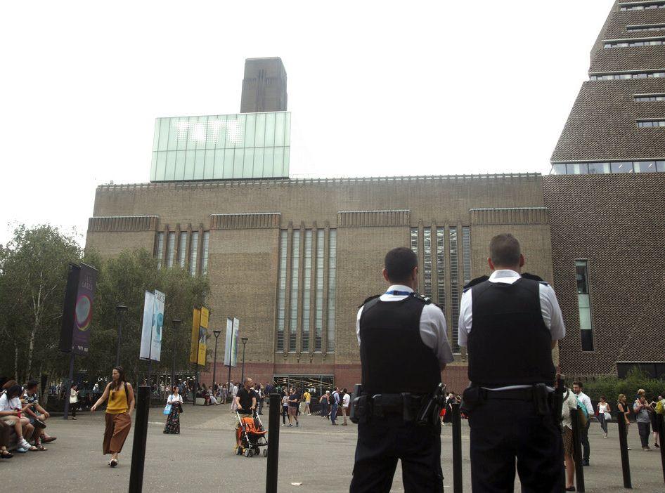 倫敦泰特現代美術館日前發生男童被拋落樓重傷的事件。AP