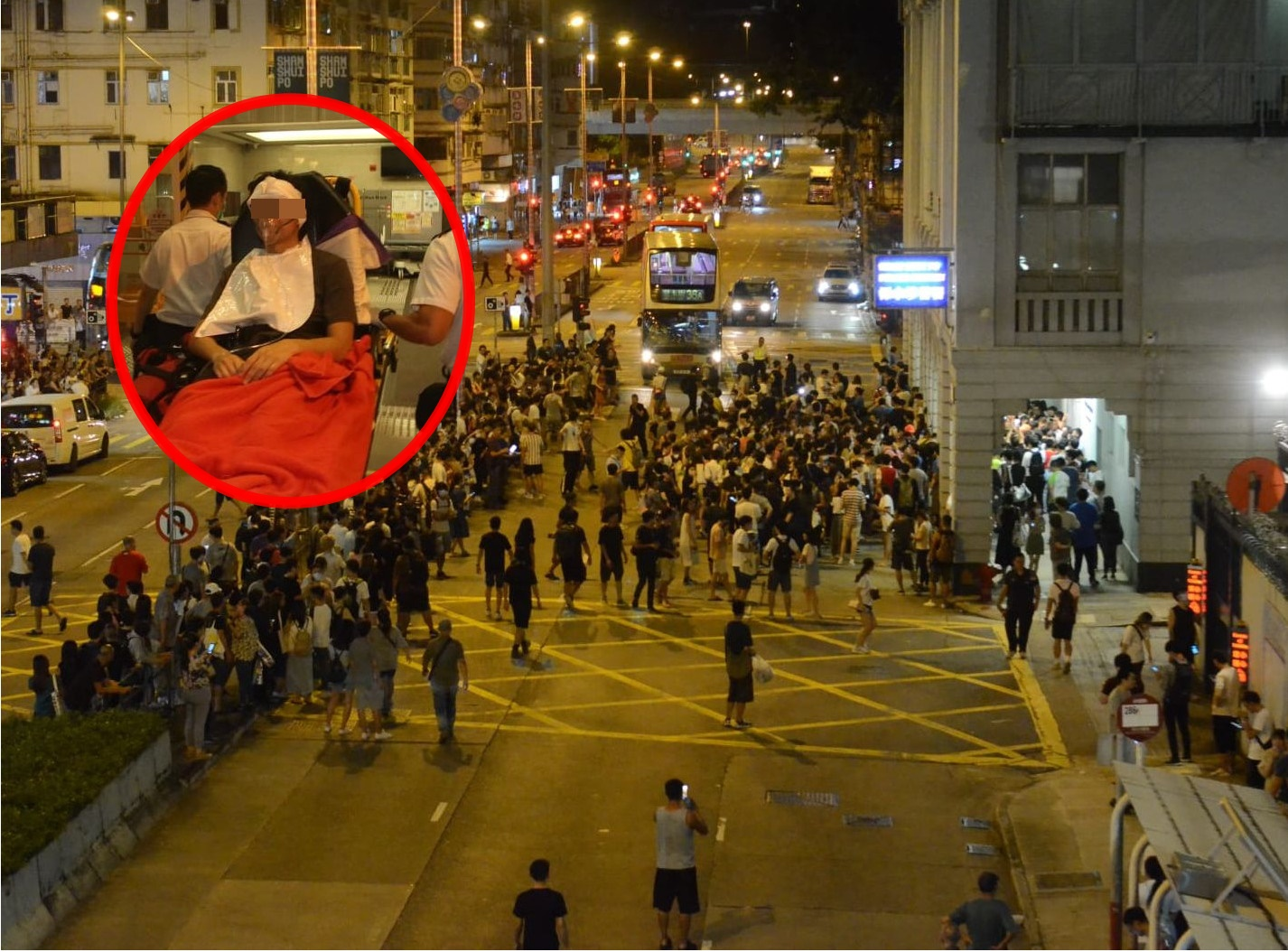 一批市民包圍深水埗警署,以聲援方仲賢(小圖)。網民圖片