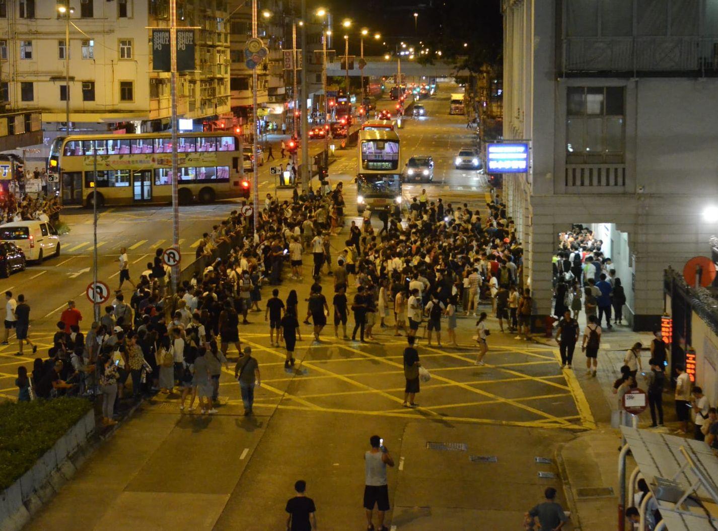 浸大學生會會長買觀星筆被捕 市民包圍深水埗警署