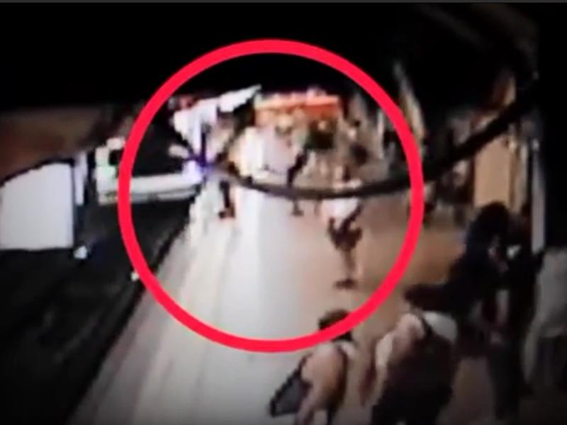 巴西一名怪客在列車進站的時候,突然將一名男子踢落路軌。 影片截圖