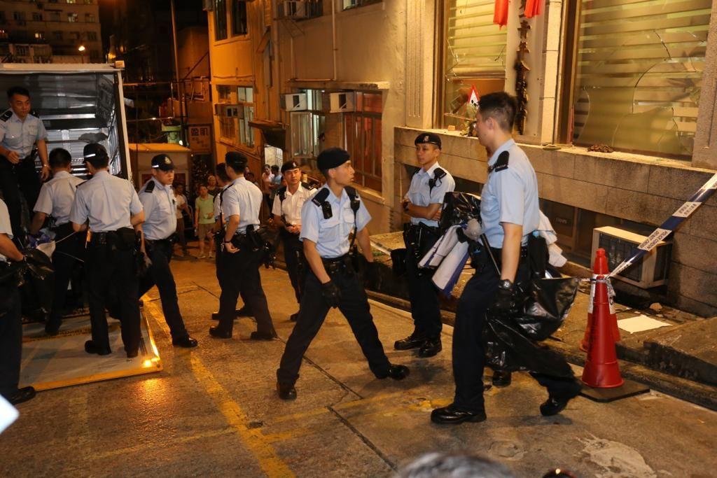 警方亦在位於明園西街的「香港第一青年會義工團」取走證物。