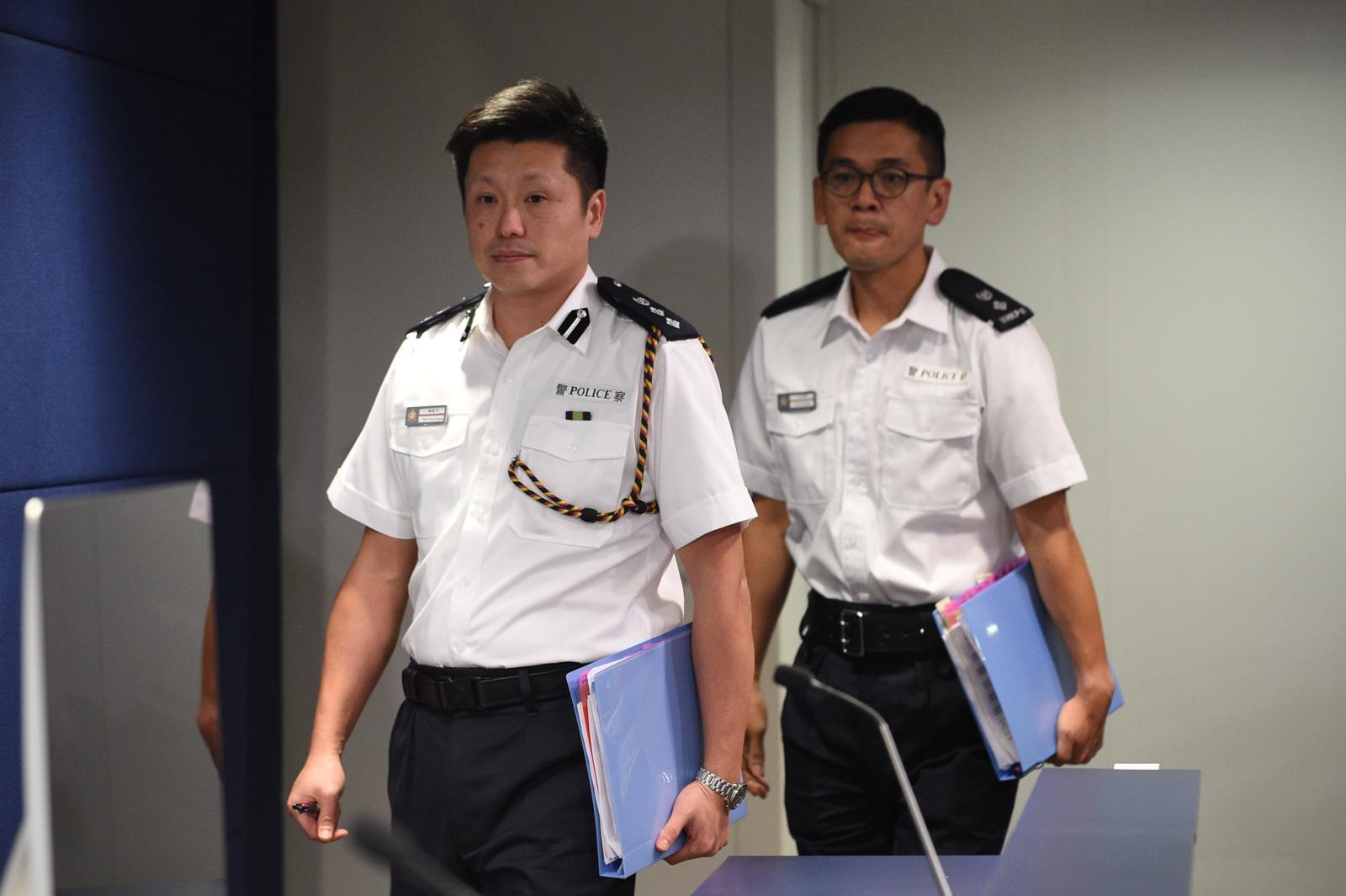 警察公共關係科總警司謝振中(左)