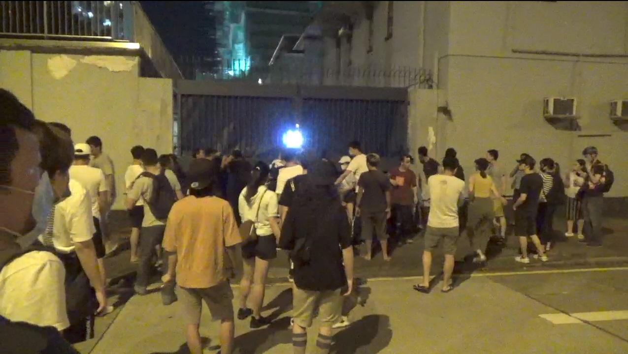 示威者佔據欽州街。