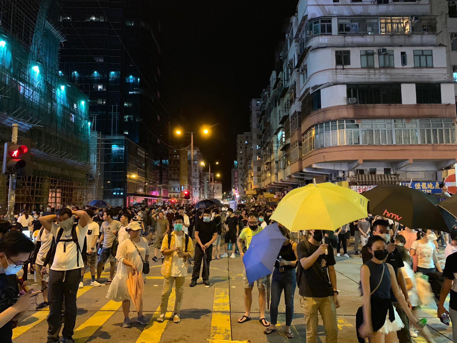 群眾包圍警署,聲援被捕學生。