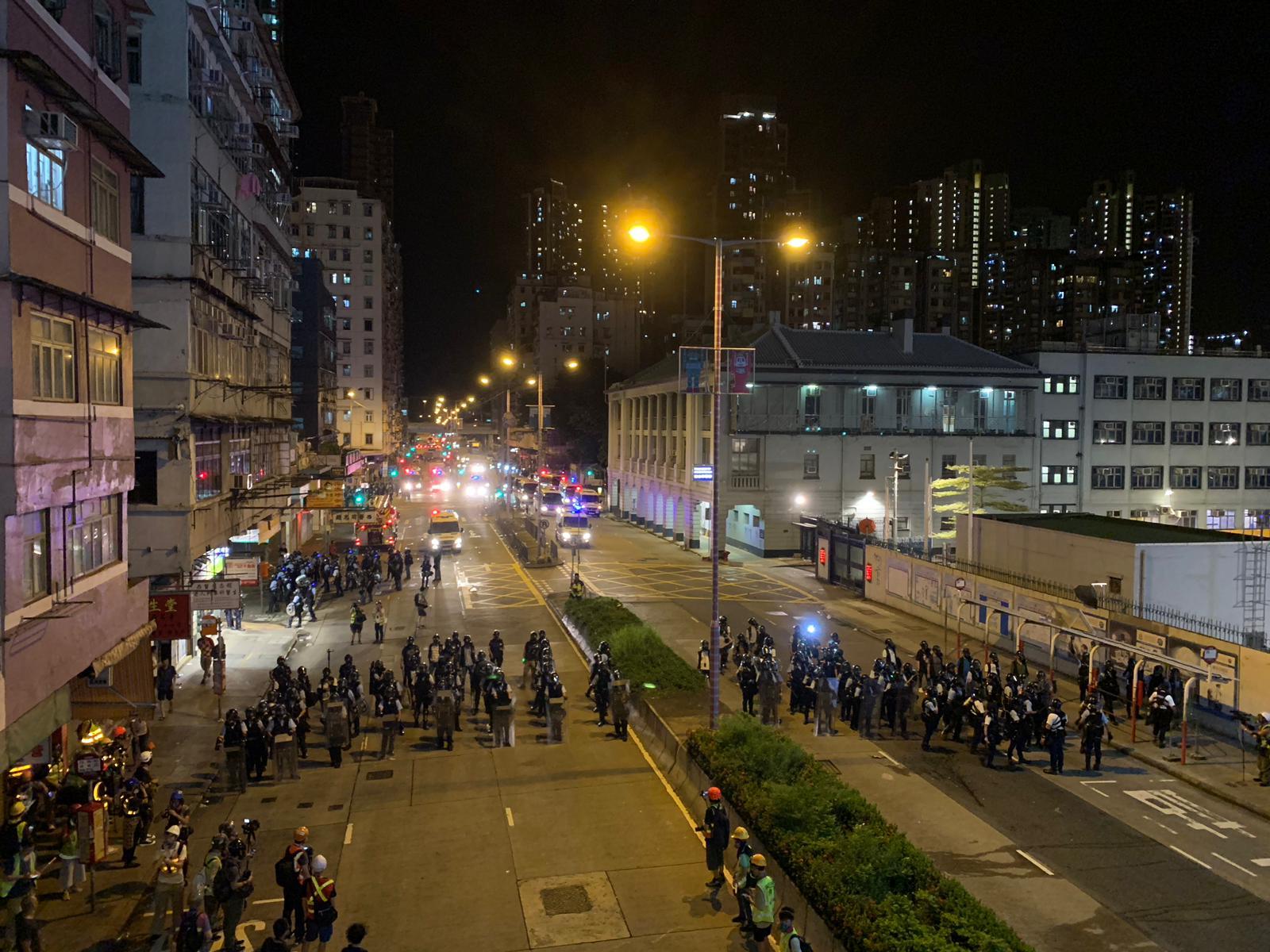 群眾包圍警署,警員增援佈防。