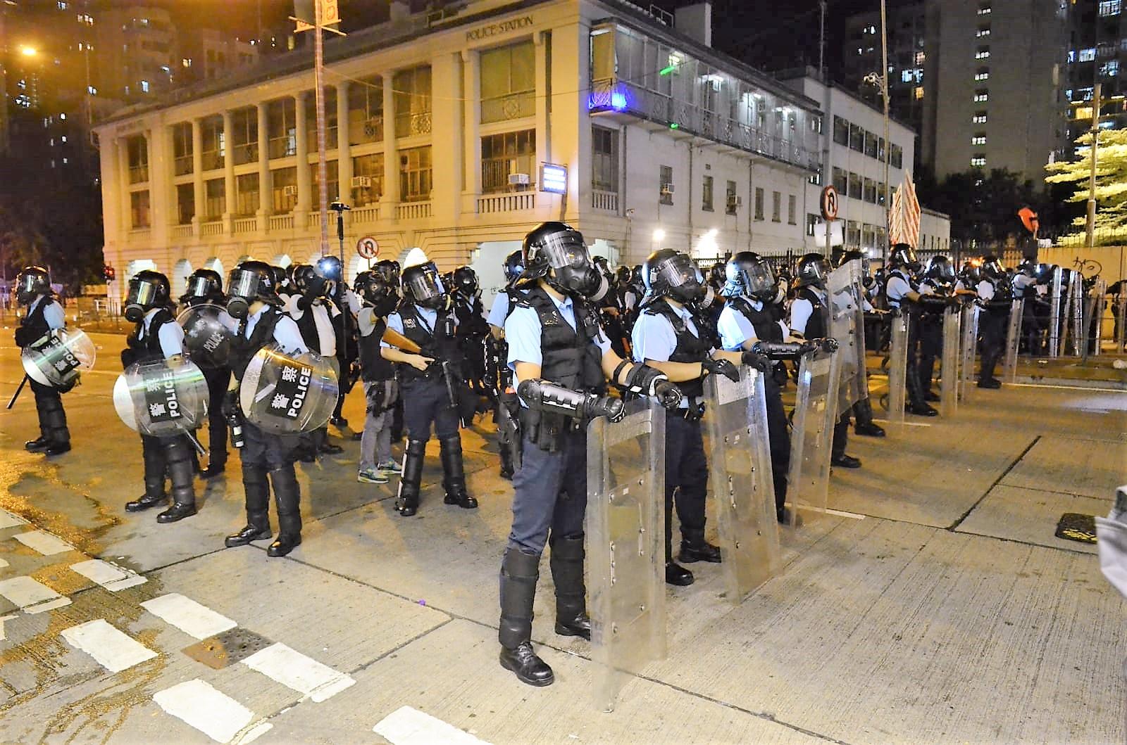 警員在深水埗警署外佈防。