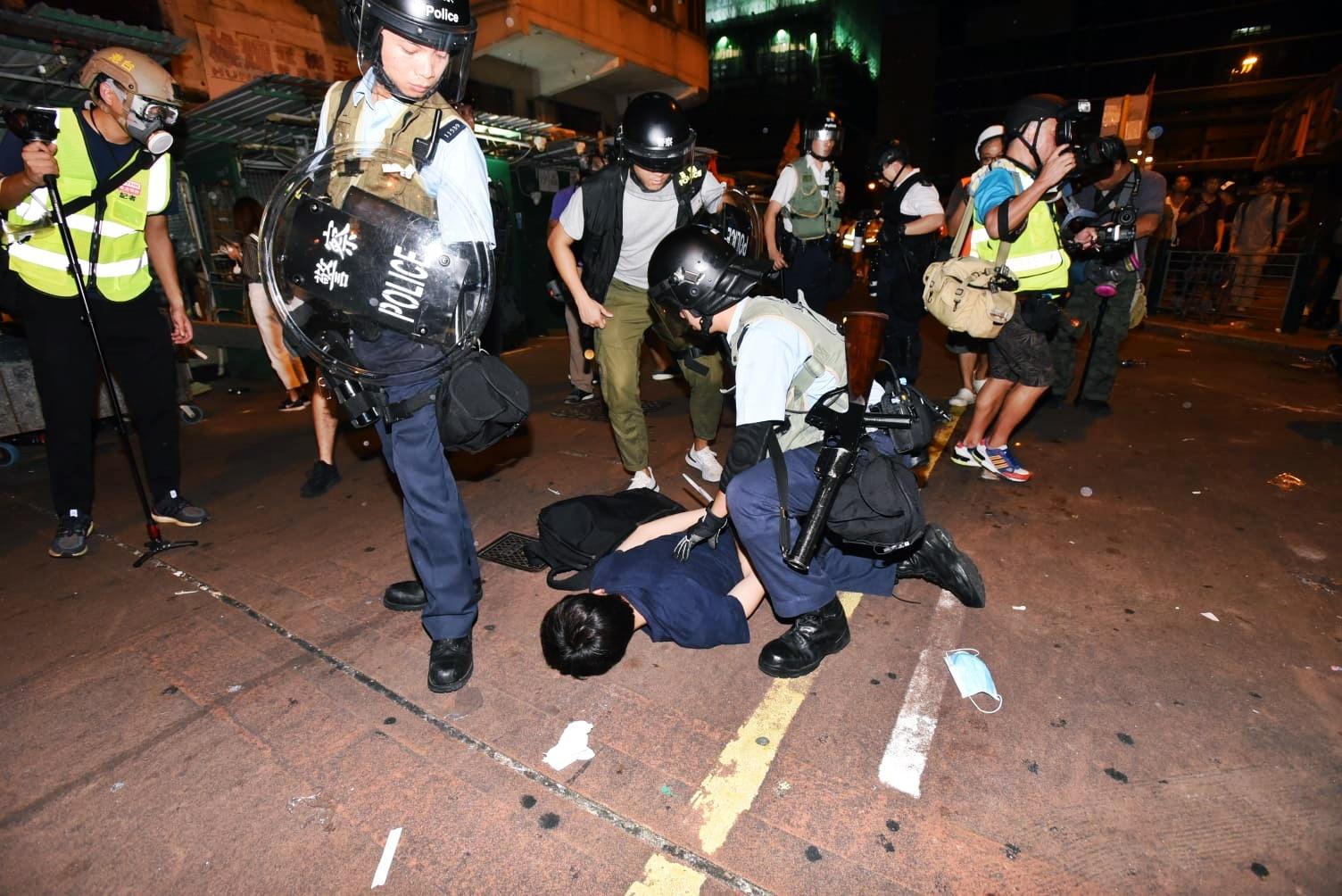警方凌晨採取拘捕行動。