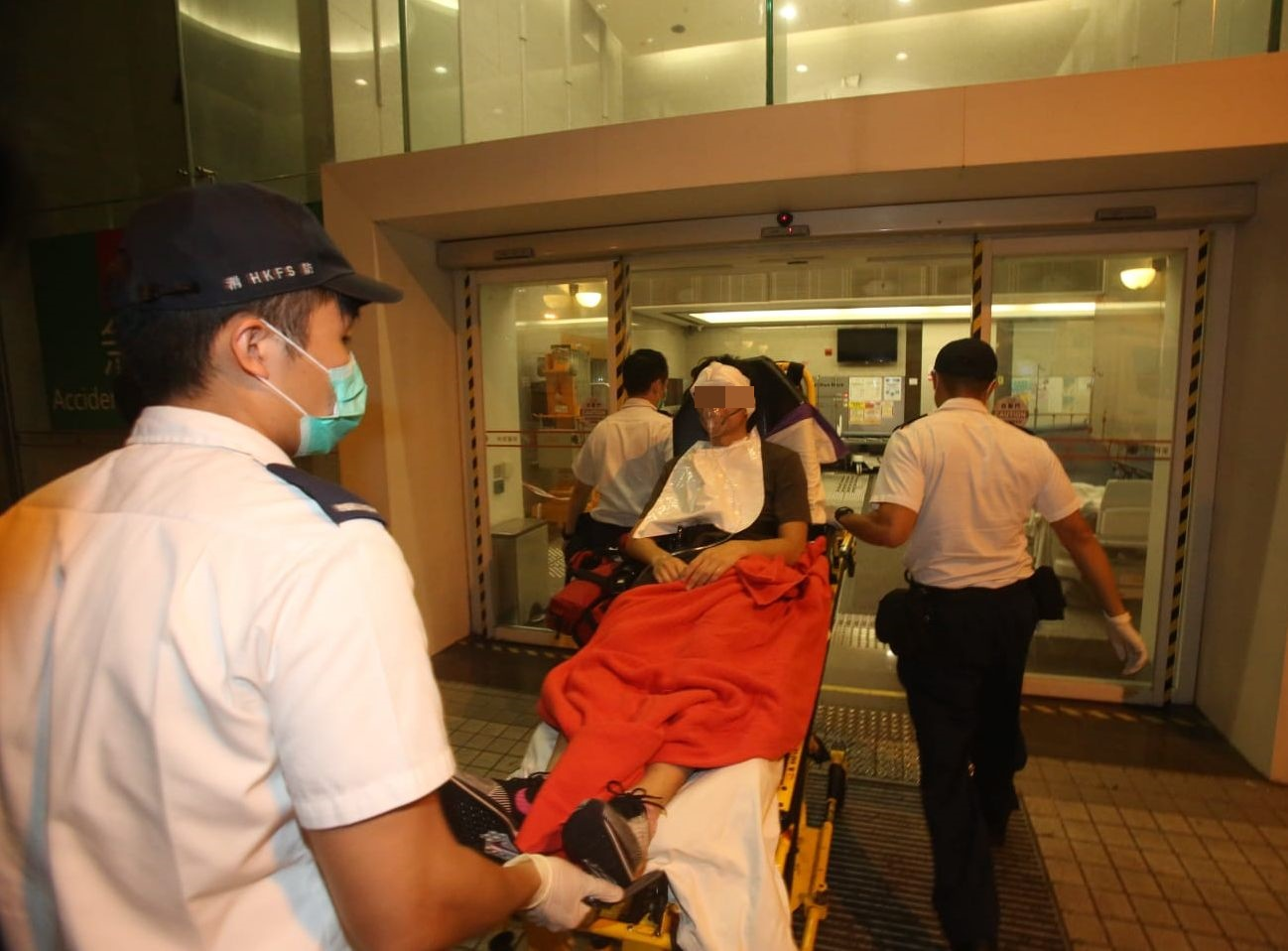 浸大學生會會長方仲賢送往醫院治理。