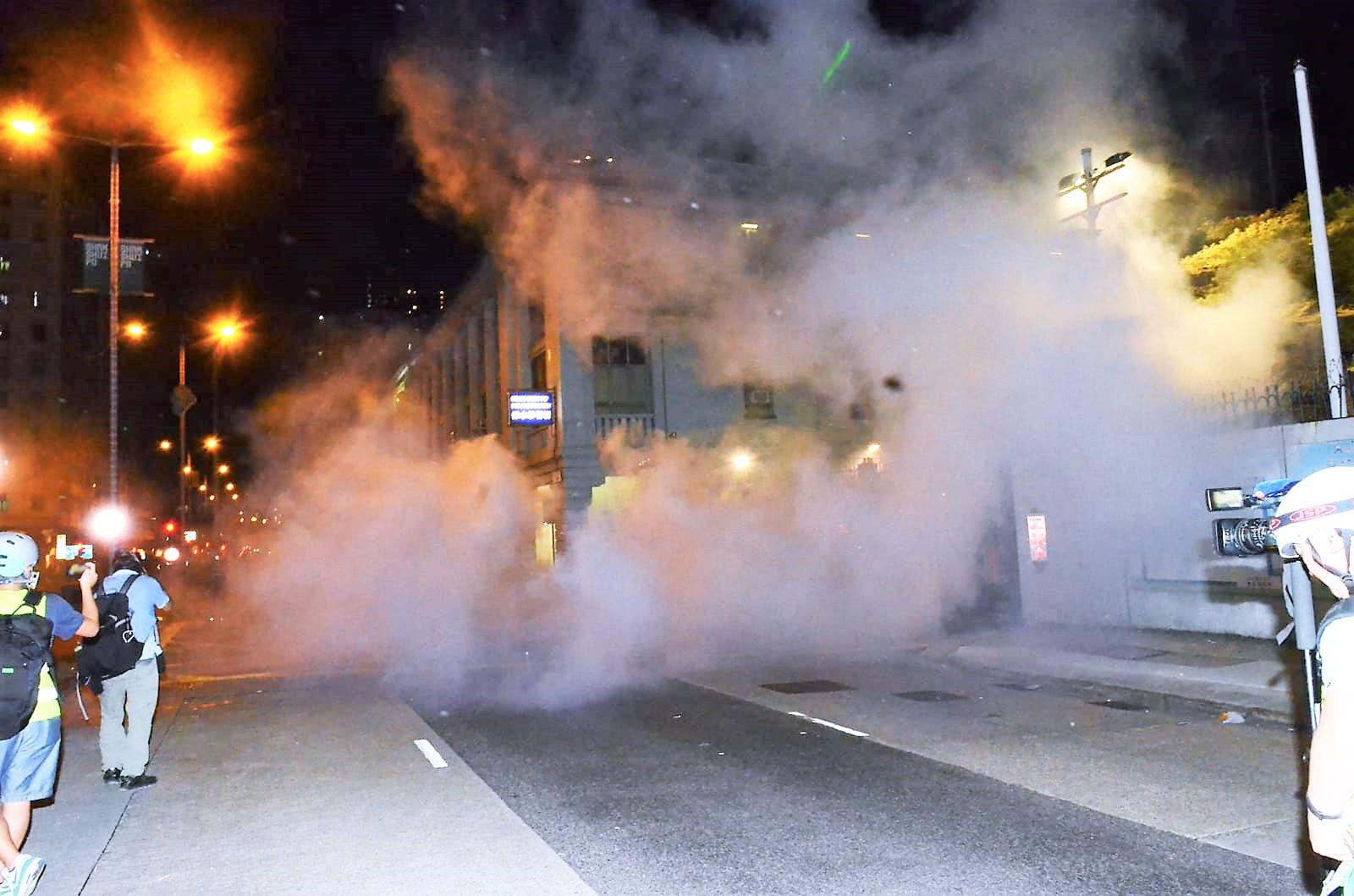 深水埗警署外警方20枚催淚彈驅散催淚彈。