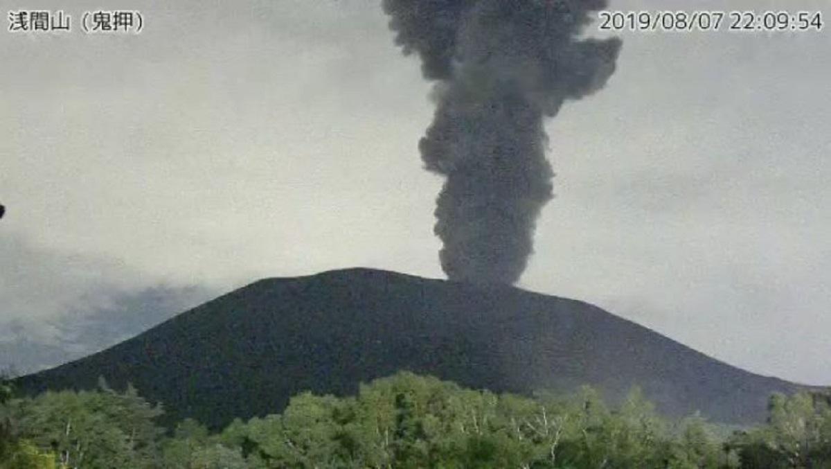 浅間山冒出濃煙。網上圖片