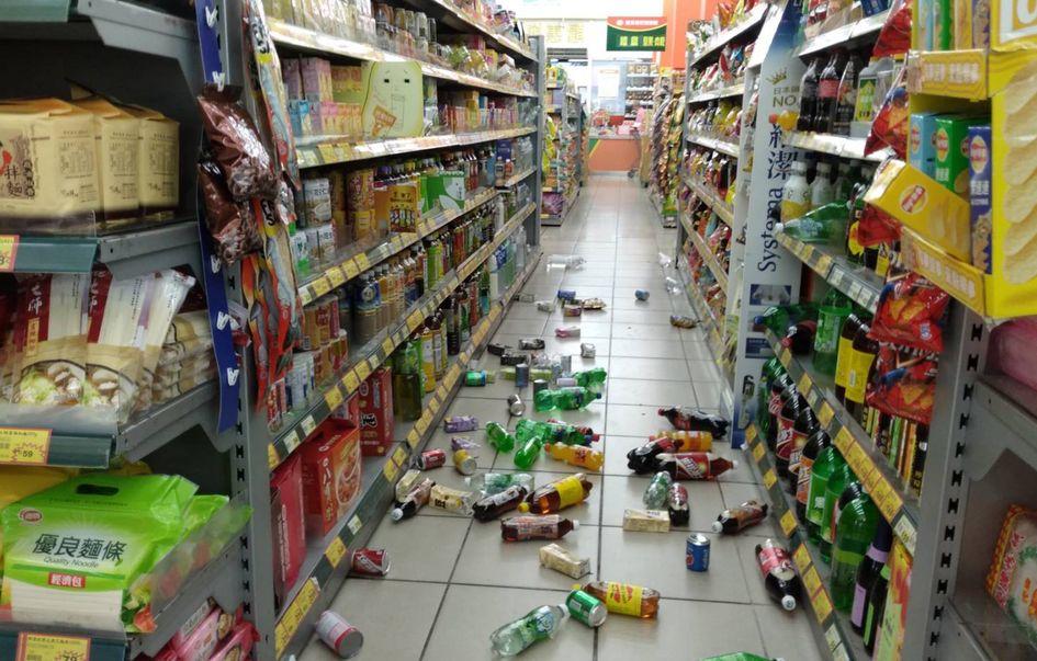 大型超市因劇烈搖晃,架上許多物品掉落。