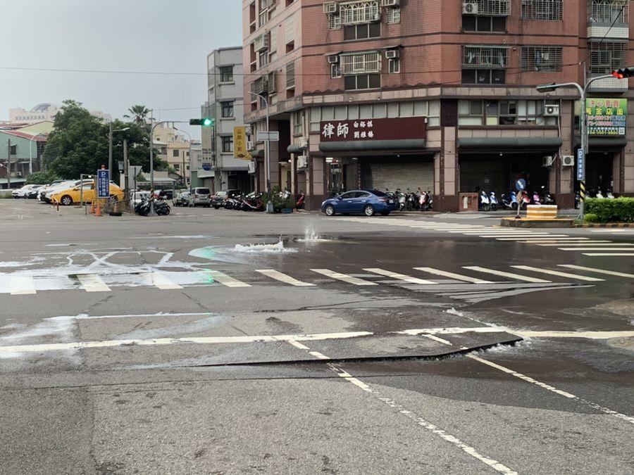 地震發生後,地下水管及天然氣管線破裂造成外洩,路面隆起。