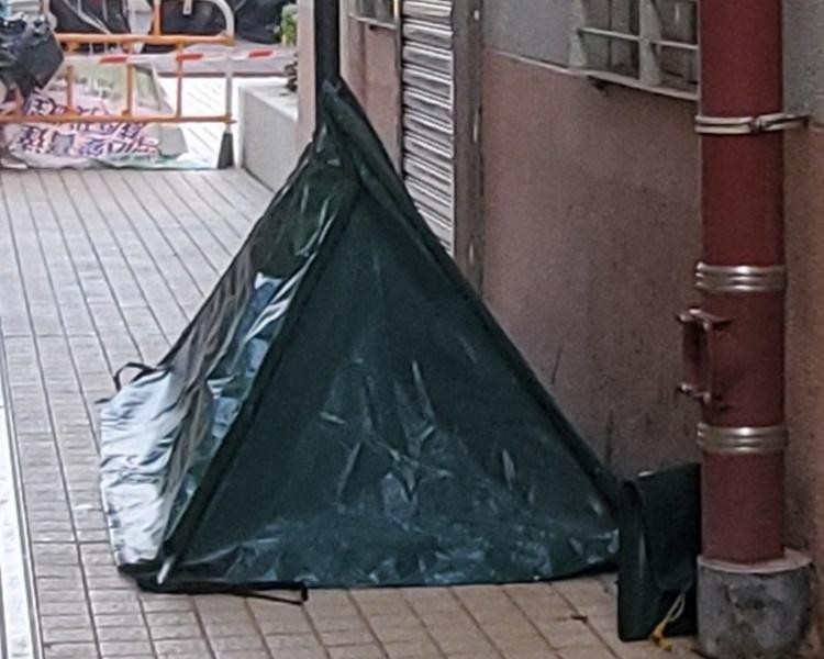 警方用帆布將遺體遮蓋。林思明攝