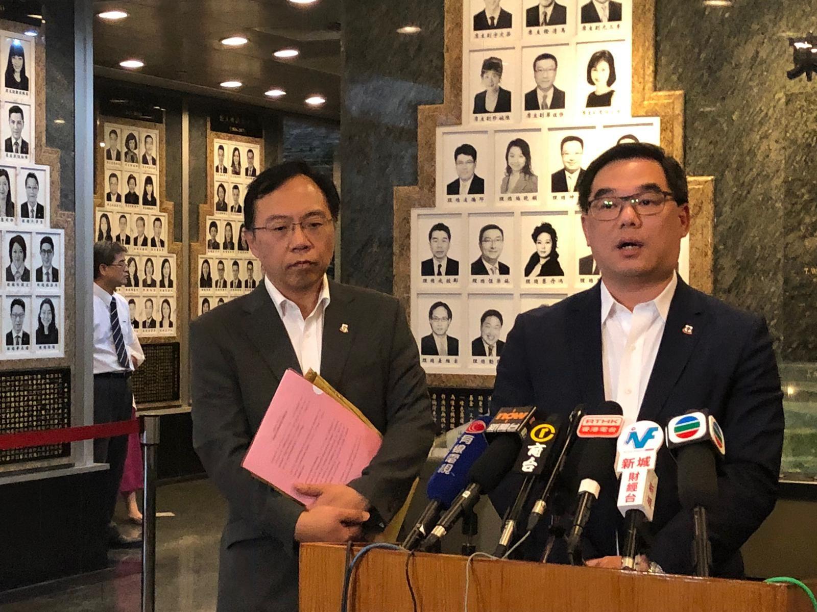 東華三院執行總監蘇祐安(右)交代李東海事件獨立調查委員會的報告。