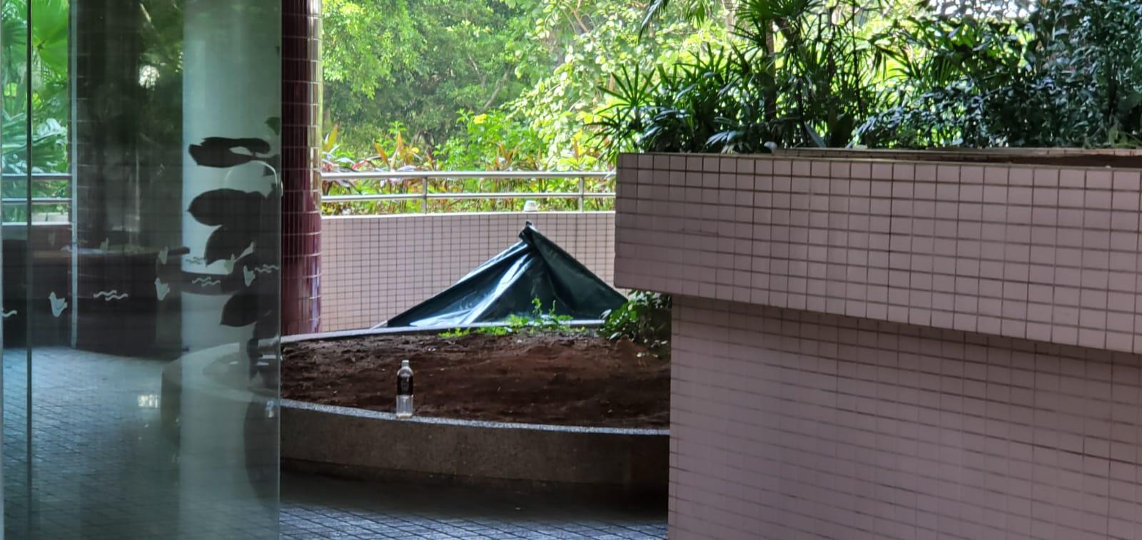 警員以帳篷遮蓋死者遺體。 楊偉亨攝