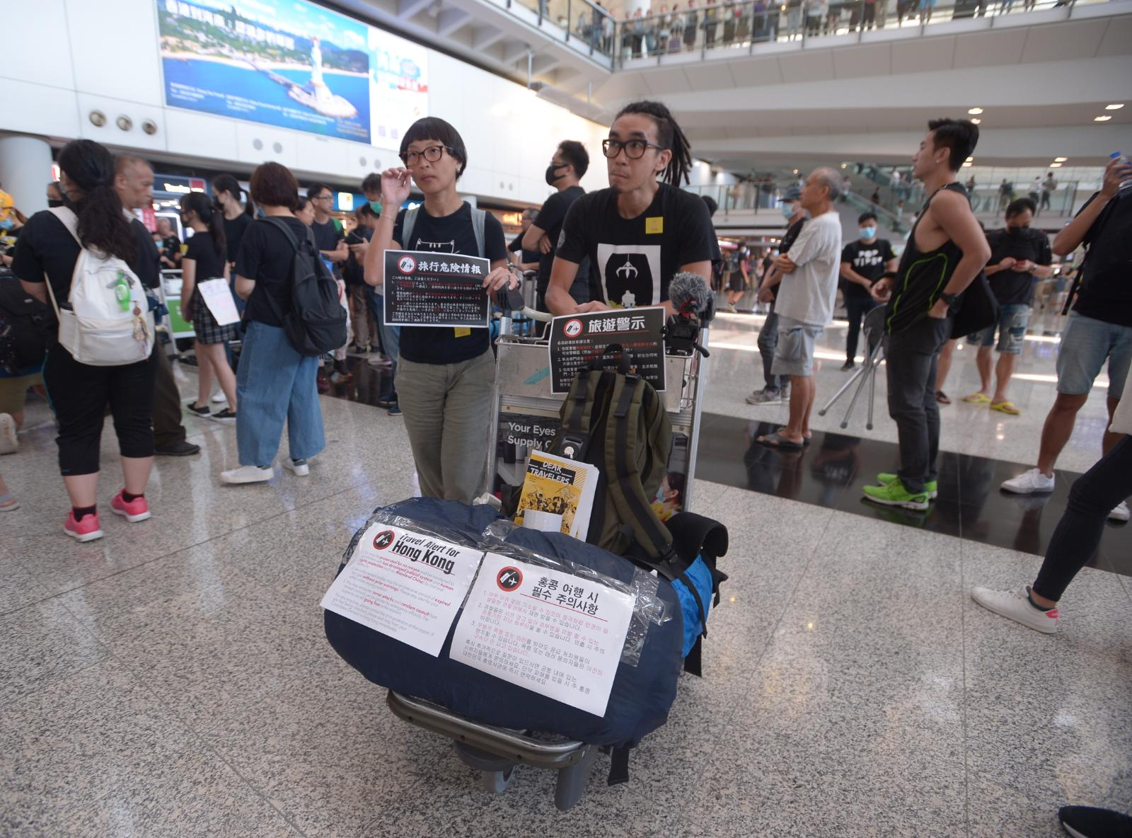 現場備有以不同語言印成的傳單,向旅客派發。