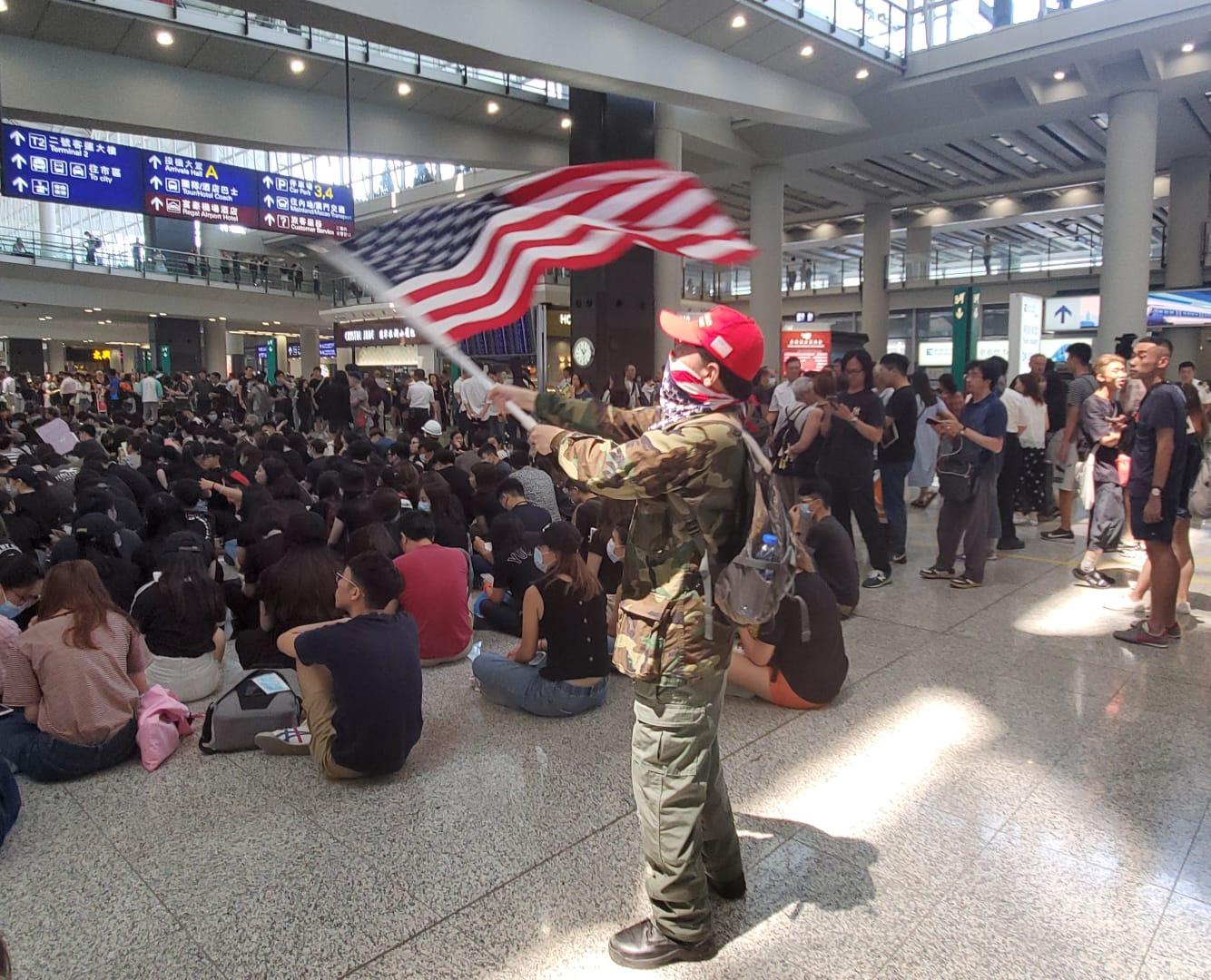 有人在場揮舞美國國旗。