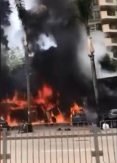 汽車修理店發生大火,多輛汽車已被燒毀。影片截圖