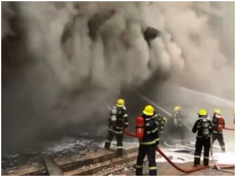 汽車修理店大火,消防員到場處理火災。影片截圖