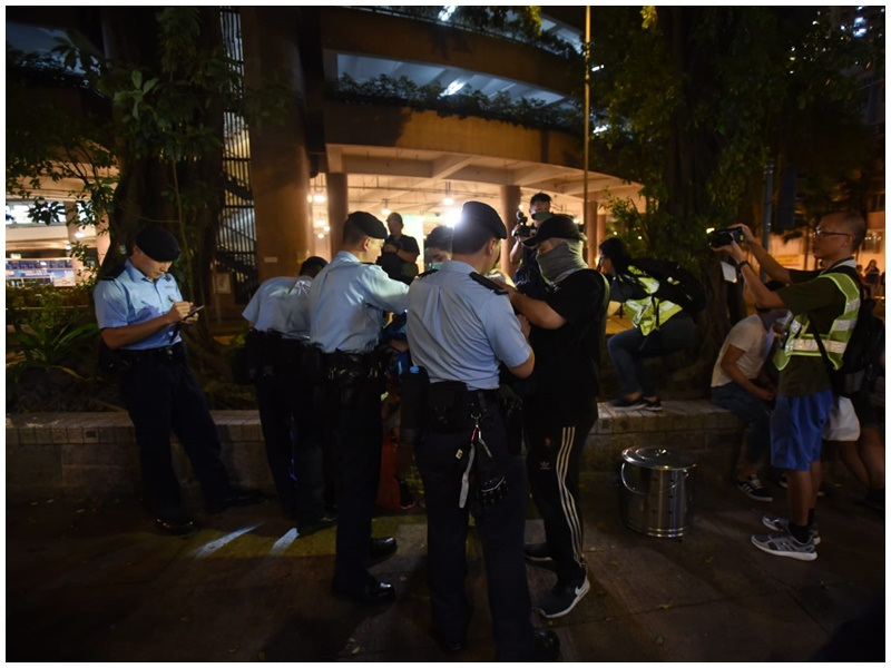 【逃犯條例】網民到黃大仙紀律部隊宿舍外撒溪錢 防暴警在場戒備