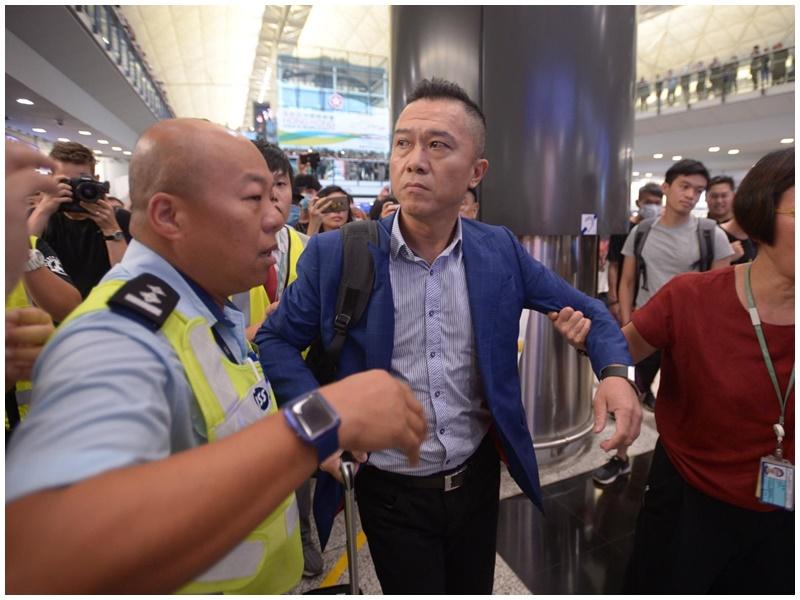 抵港市民報稱被集會人士打傷左眼。