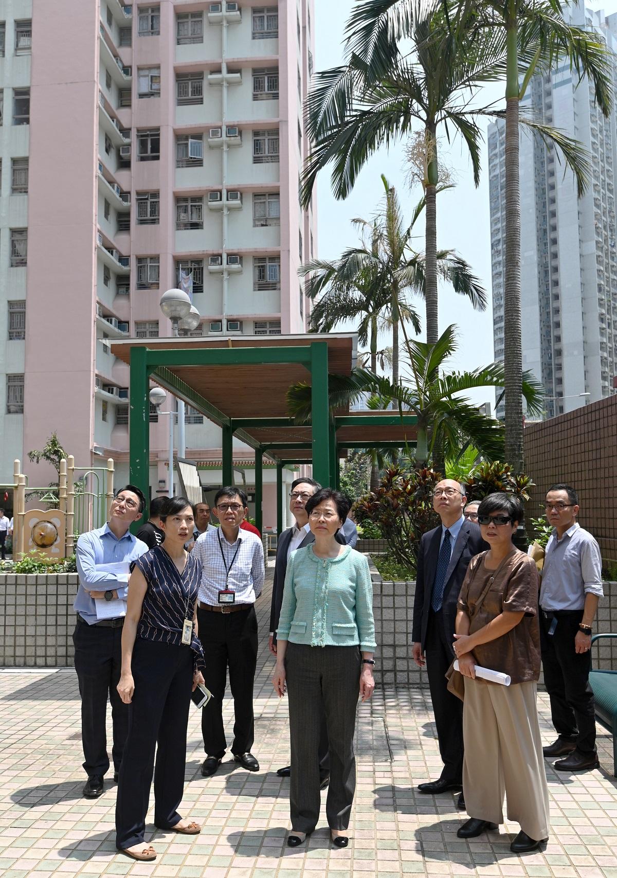 林鄭月娥(第一排中)視察黃大仙紀律部隊宿舍。政府新聞處圖片