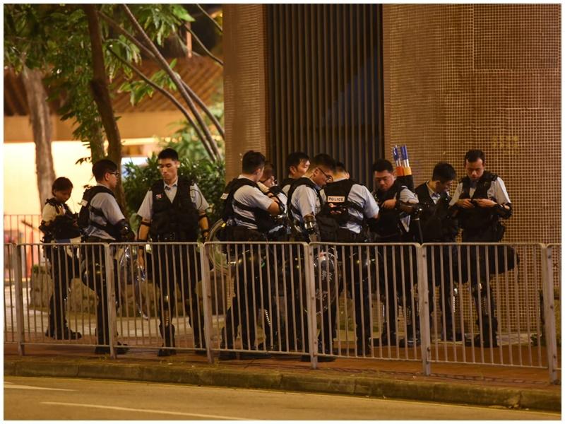 防暴警在場戒備。
