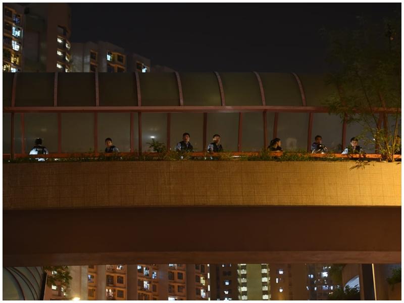 有警員在天橋上監視。