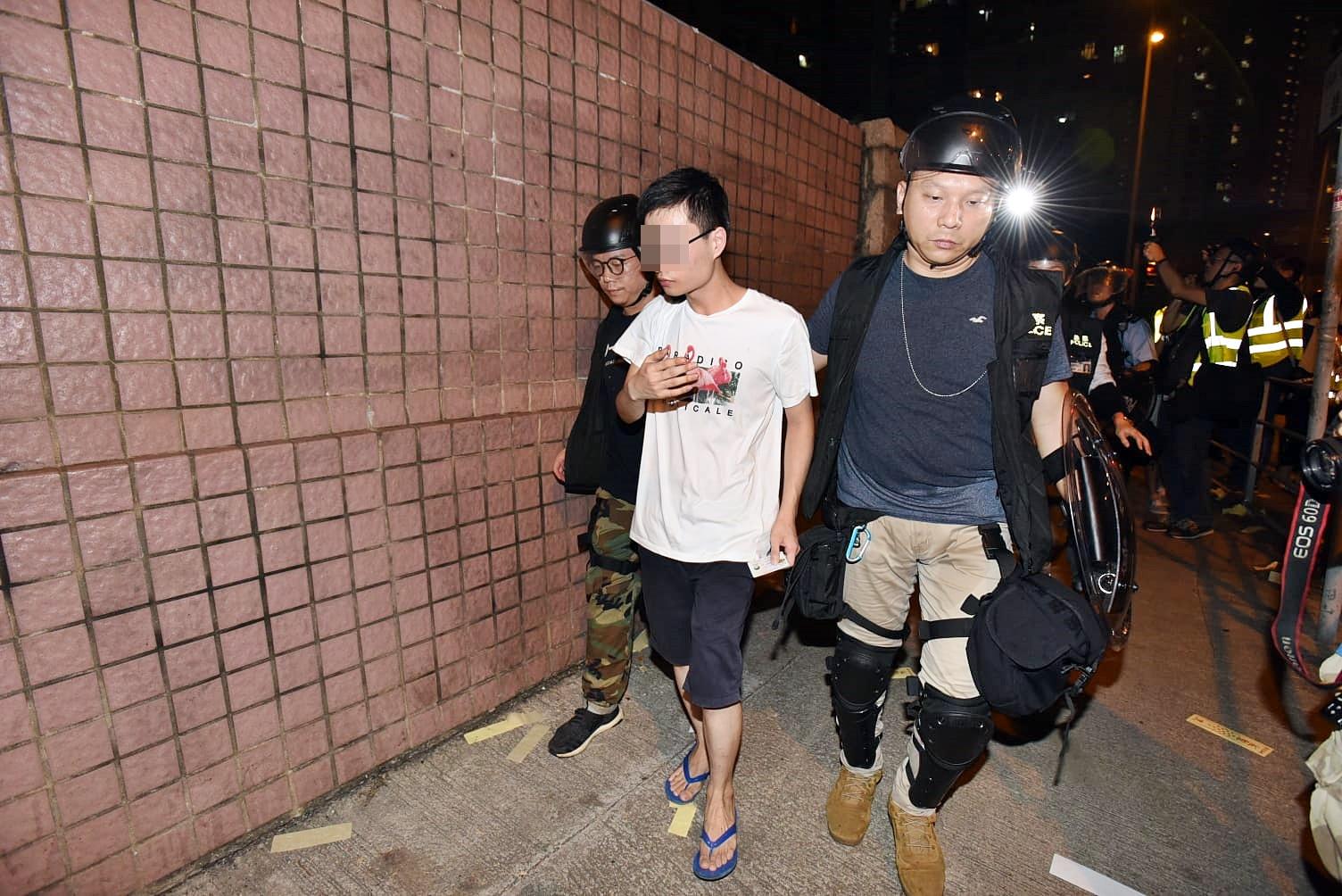 警方在行動中拘捕5名男子。