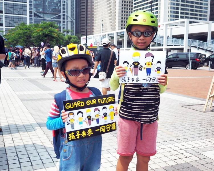 有小朋友戴頭盔出席。