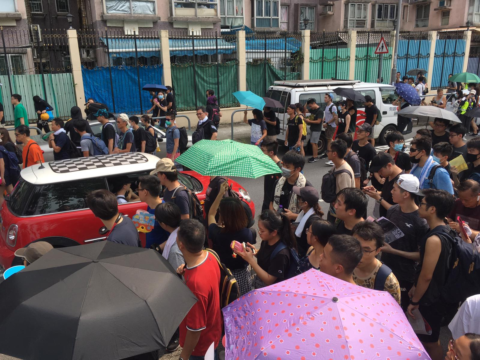 大埔示威者衝出馬路。