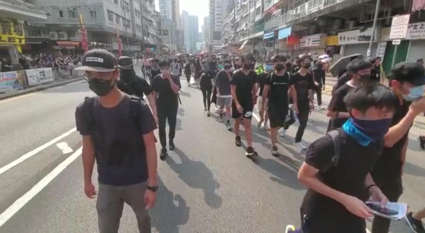 示威者走出馬路。