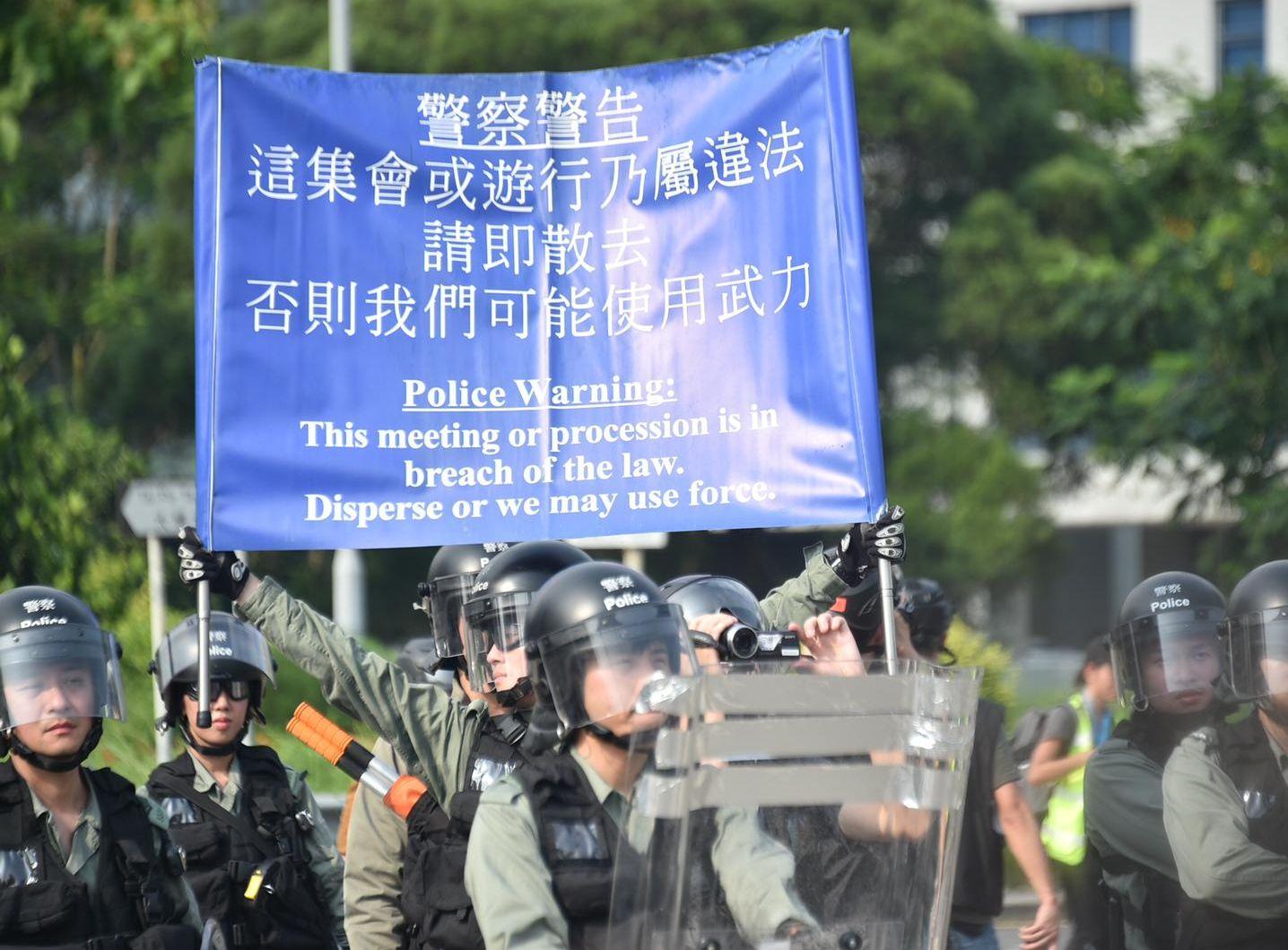 警方舉起藍旗