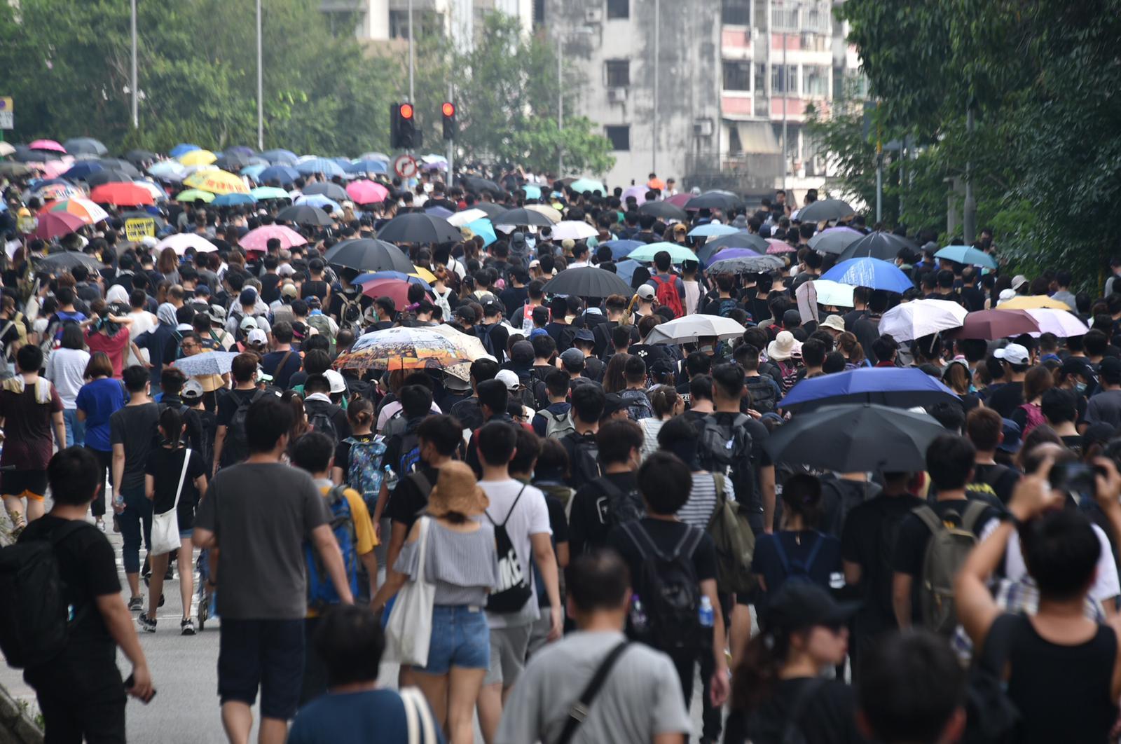 大批身穿黑衣的示威人士在大埔行出馬路。