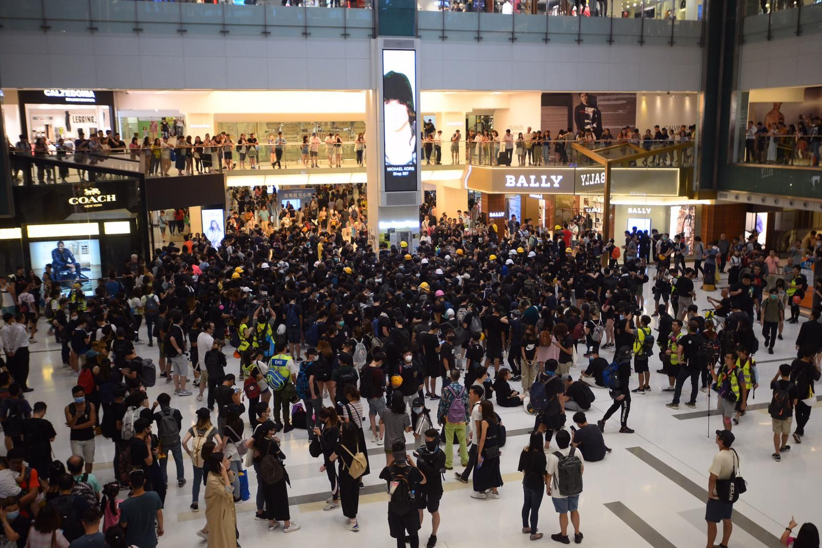 示威者聚集沙田新城市廣場內