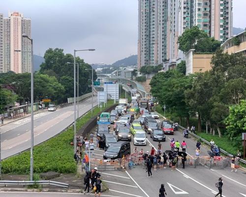 九龍新界示威者佔據多條馬路 交通混亂巴士改道